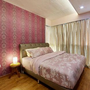 Imagen de dormitorio principal, moderno, de tamaño medio, con paredes púrpuras y suelo de contrachapado