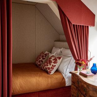Стильный дизайн: маленькая гостевая спальня в классическом стиле с ковровым покрытием и бежевым полом - последний тренд