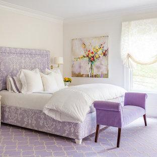 Imagen de dormitorio principal, clásico renovado, extra grande, con paredes beige, moqueta y suelo violeta