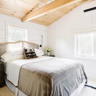 Imagen de habitación de invitados campestre, pequeña, con paredes blancas, suelo de madera clara, estufa de leña y suelo blanco