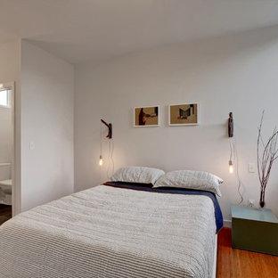 Modelo de dormitorio contemporáneo, pequeño, con suelo de bambú