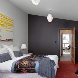 サンフランシスコの中サイズのコンテンポラリースタイルのおしゃれな主寝室 (黒い壁、カーペット敷き、暖炉なし、赤い床) のレイアウト