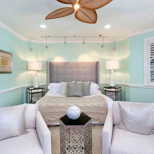 Ejemplo de dormitorio principal, mediterráneo, de tamaño medio, sin chimenea, con paredes verdes, suelo de madera en tonos medios y suelo rojo