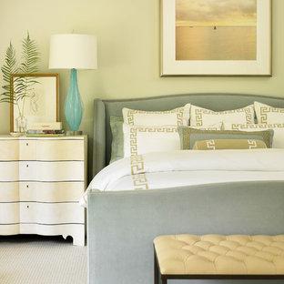 Klassisches Hauptschlafzimmer mit beiger Wandfarbe und Teppichboden in Atlanta