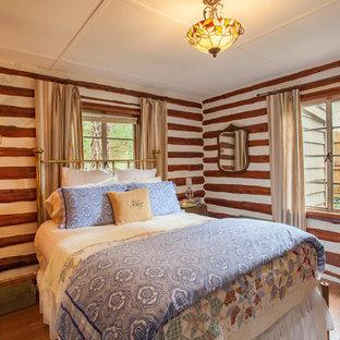 Ejemplo de habitación de invitados rural, pequeña, con suelo laminado