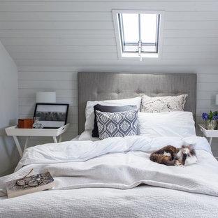 Стильный дизайн: спальня в морском стиле с белыми стенами и ковровым покрытием без камина - последний тренд