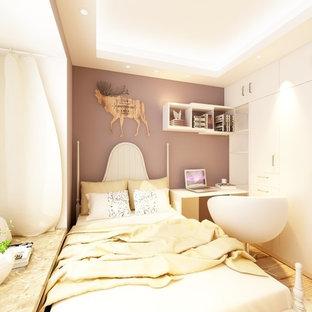 Foto di una piccola camera degli ospiti moderna con pareti gialle, parquet chiaro, nessun camino e pavimento giallo