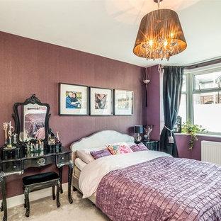 Foto di una camera matrimoniale contemporanea di medie dimensioni con pareti viola, moquette, nessun camino e pavimento grigio