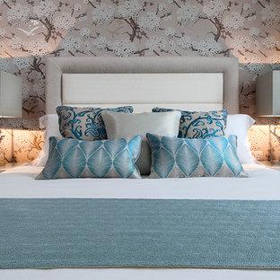 Modelo de dormitorio principal, costero, con paredes multicolor