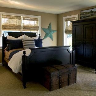 Modelo de dormitorio tradicional con paredes beige y moqueta