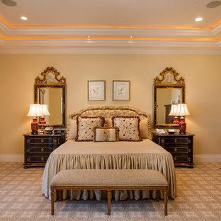 Aménagement d'une chambre avec moquette victorienne avec un mur jaune, aucune cheminée et un sol multicolore.
