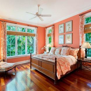 Foto de habitación de invitados tropical, de tamaño medio, sin chimenea, con paredes rosas, suelo de madera en tonos medios y suelo marrón