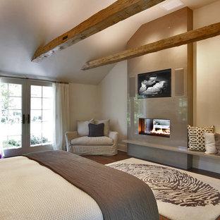 ニューヨークのコンテンポラリースタイルのおしゃれな寝室 (ベージュの壁、濃色無垢フローリング、両方向型暖炉) のレイアウト
