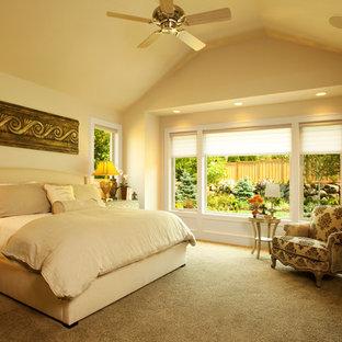 На фото: спальня в классическом стиле с бежевыми стенами и ковровым покрытием с