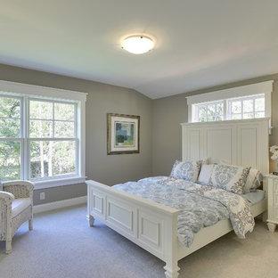 Foto på ett vintage sovrum, med grå väggar och heltäckningsmatta