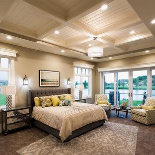 Idee per una grande camera da letto stile americano con pareti grigie, moquette, camino classico e cornice del camino in pietra