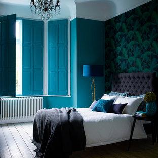 Imagen de dormitorio principal, contemporáneo, de tamaño medio, con paredes multicolor y suelo de madera en tonos medios