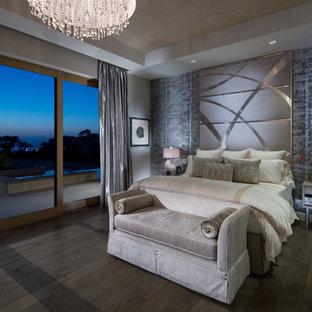 Diseño de dormitorio principal, moderno, grande, con paredes multicolor, chimenea tradicional, marco de chimenea de piedra y suelo de madera clara