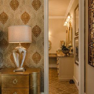 Großes Klassisches Hauptschlafzimmer ohne Kamin mit beiger Wandfarbe und Keramikboden in Louisville