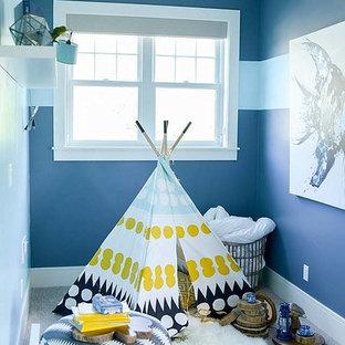 На фото: маленькая гостевая спальня в стиле современная классика с синими стенами и ковровым покрытием без камина