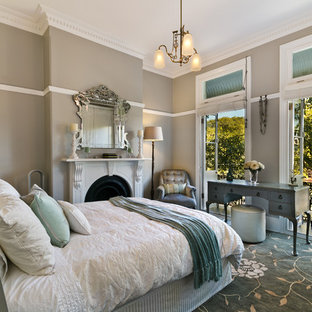 シャーロットの大きいトランジショナルスタイルのおしゃれな主寝室 (グレーの壁、カーペット敷き、標準型暖炉、木材の暖炉まわり、青い床) のインテリア