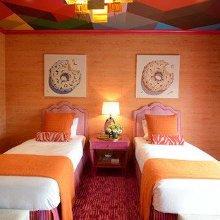 Immagine di una camera degli ospiti boho chic con pareti arancioni, moquette e pavimento rosa