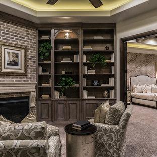 Diseño de dormitorio principal, clásico renovado, grande, con moqueta, chimenea tradicional y marco de chimenea de ladrillo