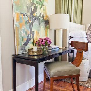 Ejemplo de habitación de invitados tradicional renovada, pequeña, con paredes beige, suelo de madera en tonos medios y suelo naranja