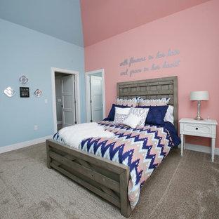 Diseño de dormitorio sin chimenea con paredes azules y moqueta
