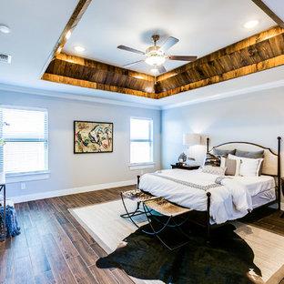 オースティンの広いトランジショナルスタイルのおしゃれな主寝室 (グレーの壁、セラミックタイルの床、両方向型暖炉、漆喰の暖炉まわり、茶色い床) のレイアウト