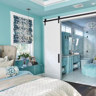 Inspiration pour une grand chambre parentale traditionnelle avec un mur bleu, un sol en bois foncé, aucune cheminée et un sol marron.
