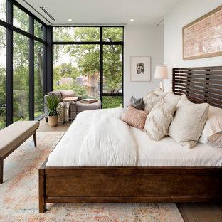 Стильный дизайн: большая хозяйская спальня в стиле модернизм с белыми стенами, светлым паркетным полом и серым полом - последний тренд