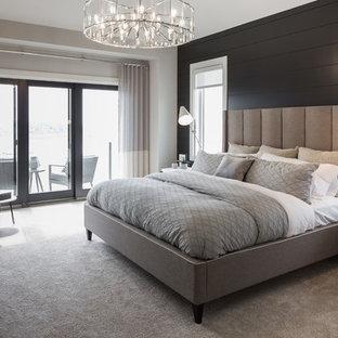 Idee per un'ampia camera matrimoniale country con pareti nere, moquette e pavimento beige