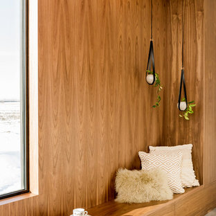 Ejemplo de dormitorio principal, retro, de tamaño medio, con paredes blancas, suelo de baldosas de cerámica y suelo gris