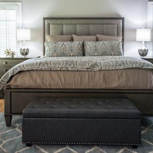 Imagen de dormitorio principal, clásico renovado, grande, sin chimenea, con paredes grises, suelo de madera en tonos medios y suelo naranja