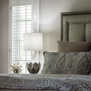 Modelo de dormitorio principal, clásico renovado, grande, sin chimenea, con paredes grises, suelo de madera en tonos medios y suelo naranja