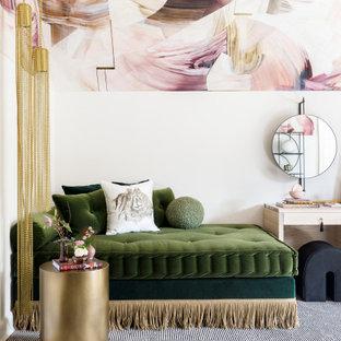 Ispirazione per una camera da letto bohémian con pareti bianche, moquette, pavimento grigio e soffitto in carta da parati