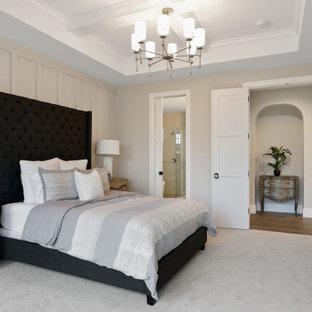 ミネアポリスのトランジショナルスタイルのおしゃれな主寝室 (ベージュの壁、カーペット敷き、暖炉なし、グレーの床、格子天井、パネル壁) のインテリア