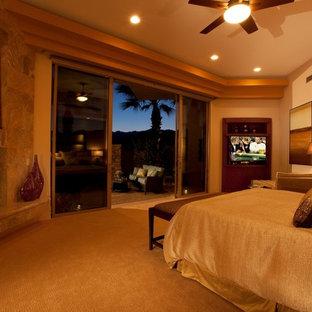 Diseño de dormitorio principal, contemporáneo, grande, con paredes marrones, moqueta, chimenea de esquina y marco de chimenea de baldosas y/o azulejos