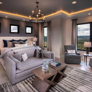 オースティンの大きいコンテンポラリースタイルのおしゃれな主寝室 (磁器タイルの床、ベージュの壁、暖炉なし、ベージュの床) のインテリア