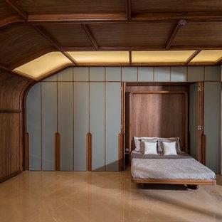 Bild på ett orientaliskt gästrum, med flerfärgade väggar och brunt golv