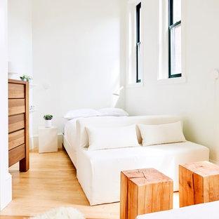 Idées déco pour une petit chambre d'amis scandinave avec un mur blanc, un sol en bois clair et un sol beige.