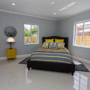 Idée de décoration pour une chambre parentale design de taille moyenne avec un mur bleu, un sol en linoléum, aucune cheminée et un sol beige.