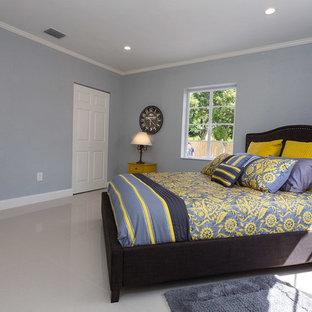Esempio di una camera matrimoniale minimal di medie dimensioni con pareti blu, pavimento in linoleum, nessun camino e pavimento beige