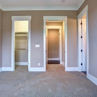 Imagen de habitación de invitados clásica renovada, de tamaño medio, sin chimenea, con paredes marrones, moqueta y suelo marrón