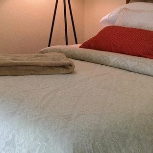 Modelo de dormitorio principal, actual, de tamaño medio, sin chimenea, con paredes beige, suelo de travertino y suelo beige