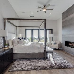 Неиссякаемый источник вдохновения для домашнего уюта: огромная хозяйская спальня в стиле модернизм с горизонтальным камином, фасадом камина из бетона, белыми стенами, светлым паркетным полом и серым полом