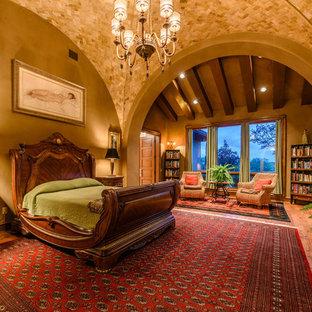 Cette photo montre une très grand chambre parentale méditerranéenne avec un sol en bois foncé.