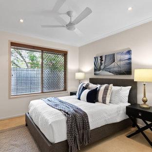 Idee per una camera degli ospiti stile marino di medie dimensioni con pareti beige, moquette e pavimento giallo