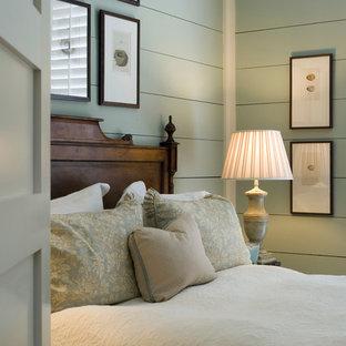 Immagine di una camera da letto costiera con pareti verdi
